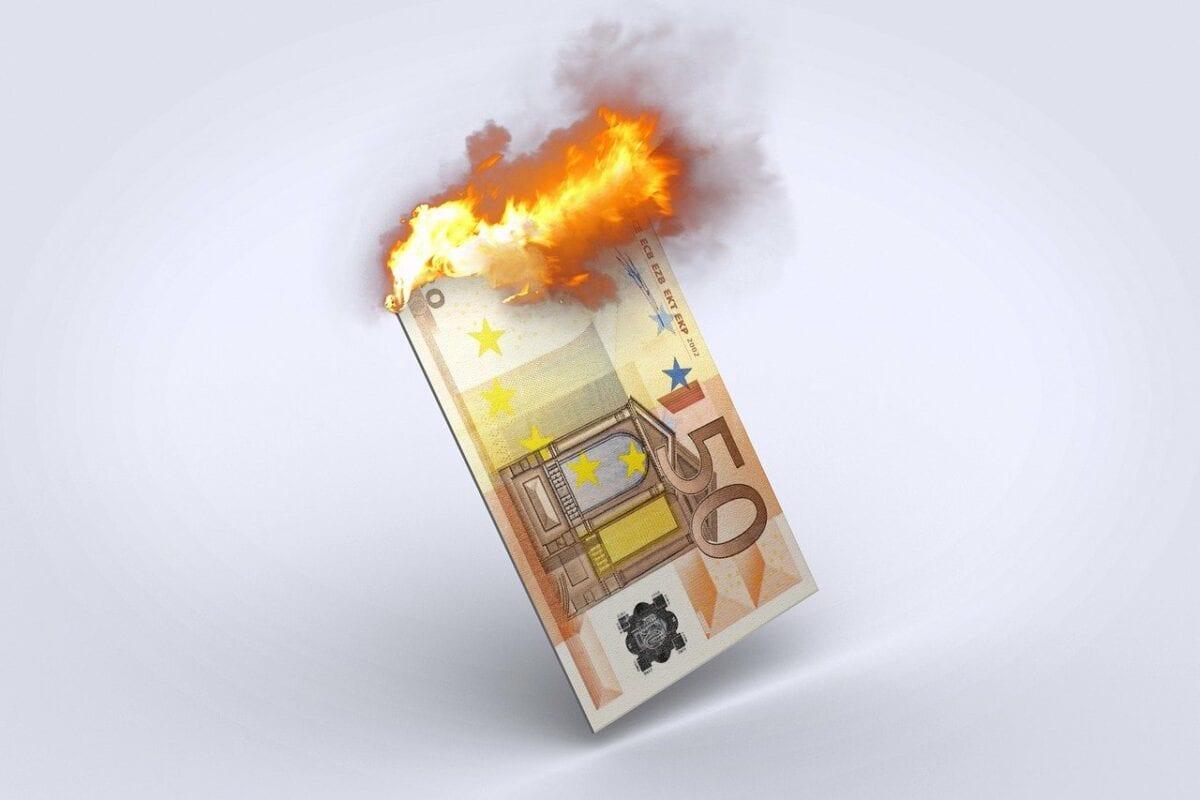 Brennender Euro-Geldschein als Symbol für Inflation