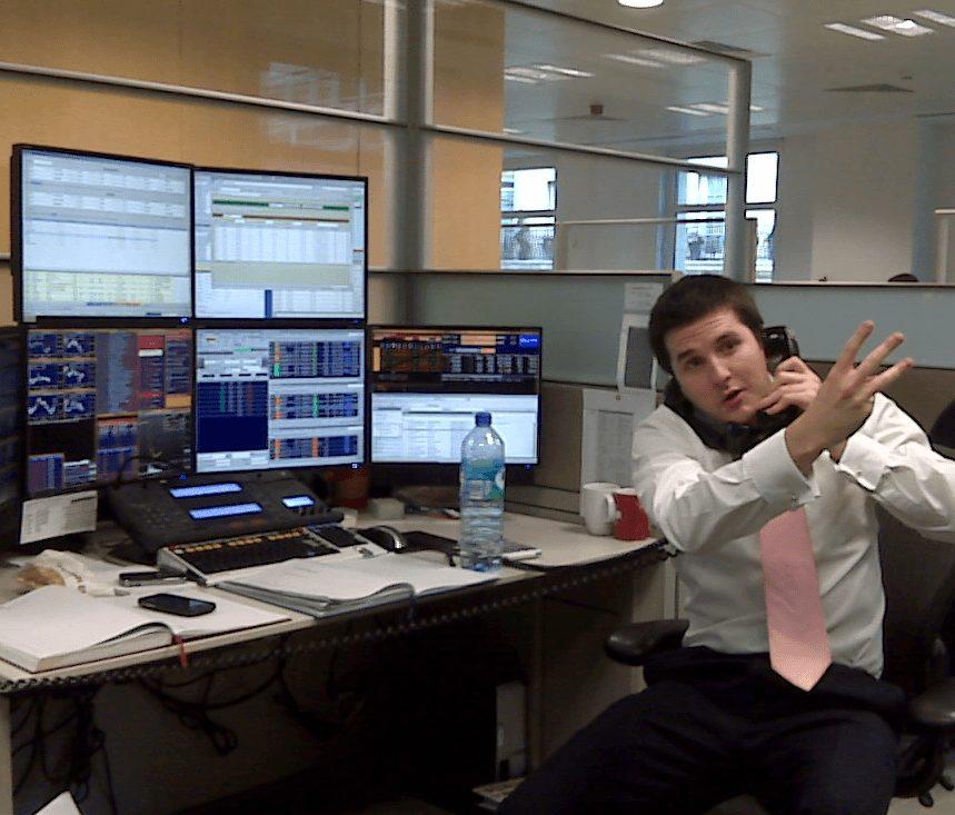 Börsenhändler vor seinen Schirmen
