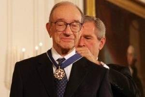 Alan Greenspan im Jahr 2005 mit dem damaligen US-Präsidenten Bush Foto: White House  Vieles was derzeit an den US-Märkten passiert, erinnert an die Euphorie der Dotcom-Blase. Damals schien klar, dass eine neue Welt anbricht - nur erlebten eben viele Firmen diese neue Welt dann nicht mehr, einige wenige ernteten die Früchte. Derzeit ist es so, dass US-Aktien nicht aufgrund dessen gekauft werden, was der Fall ist, sondern was man durch Trump erwartet. Und diese Erwartung ist schlicht