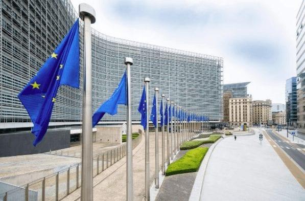 EU Flaggen in Brüssel - man positioniert sich pro Iran-Deal