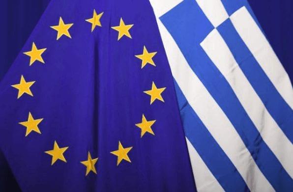 Flaggen von Griechenland und EU