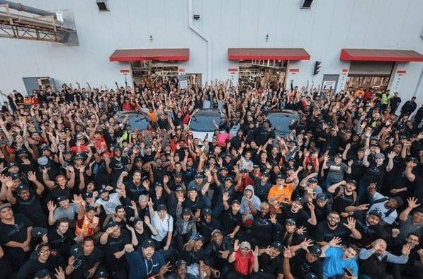 Tesla-Mitarbeiter am letzten Wochenende bei der Feier für das Erreichen des Produktionsziels