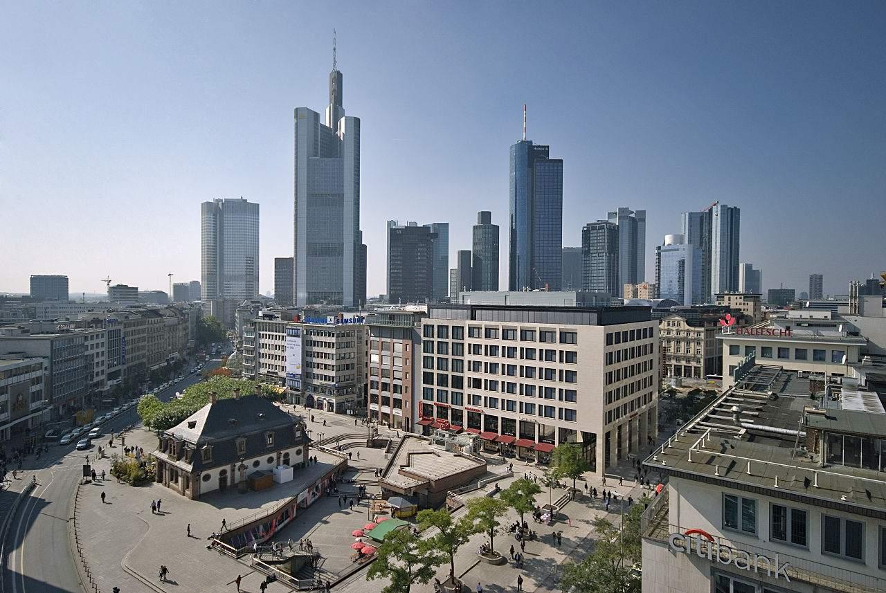 Deutsche Bank mit der Commerzbank - Frankfurter Skyline