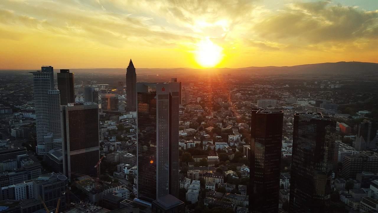 Frankfurt Skyline - Negativzinsen ein Problem für Banken