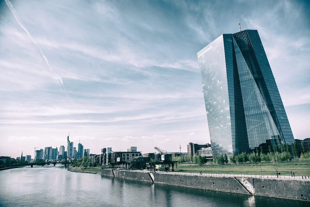 EZB Tower in Frankfurt -EZB-Politik in der Diskussion