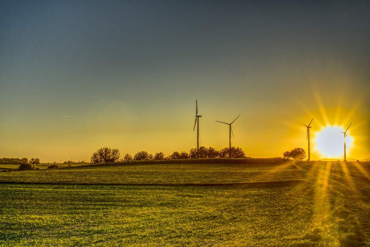 Klimaschutzpaket verabschiedet - Beispielfoto Sonne und Windanlagen