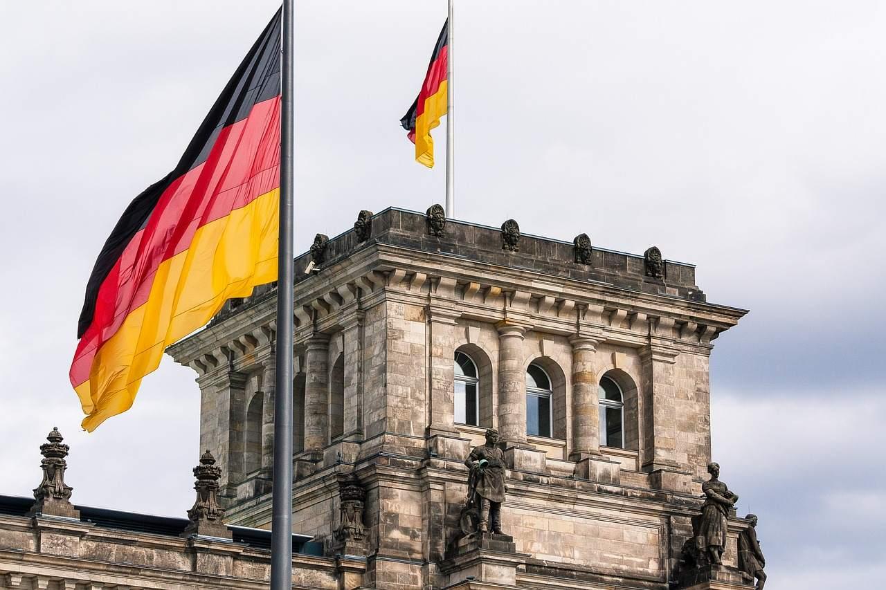 Deutsche Staatsschulden steigen - Reichstag in Berlin