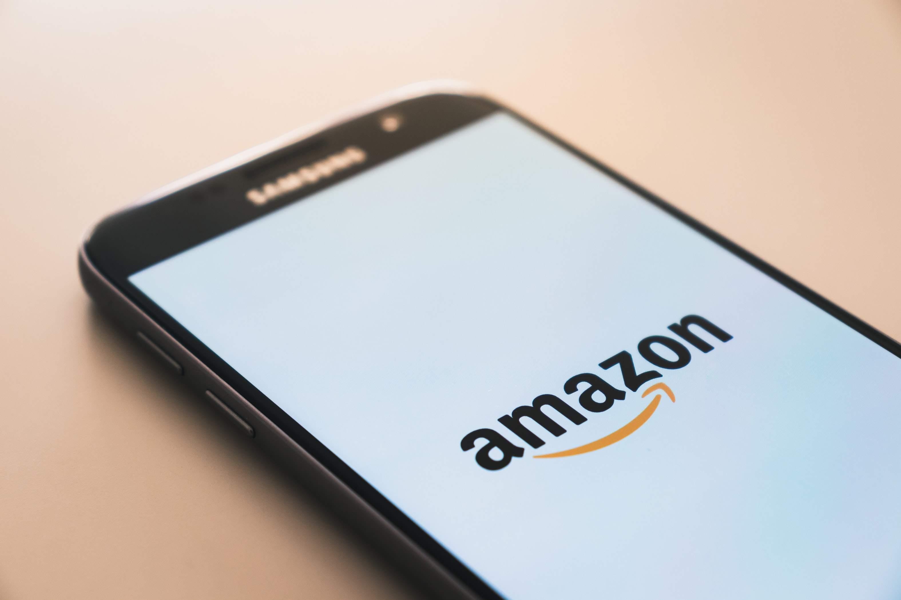 Smartphone mit Amazon App - heute Abend Amazon-Quartalszahlen