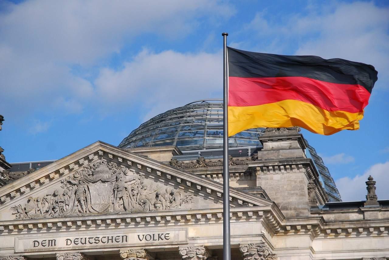 Deutschland Flagge - Crash oder Rezession in der hiesigen Wirtschaft?