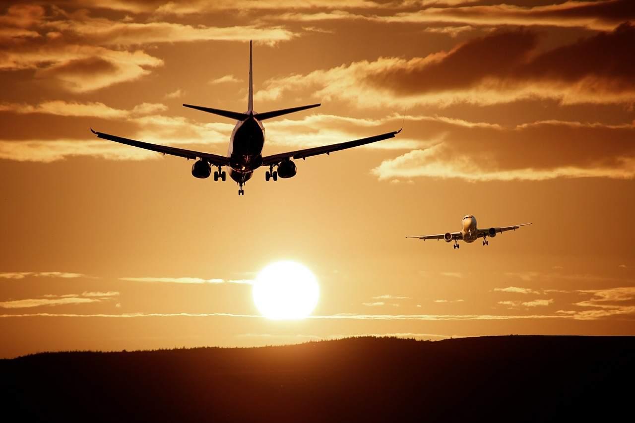 Preiskrieg am Himmel - Flugzeuge vor Sonnenuntergang