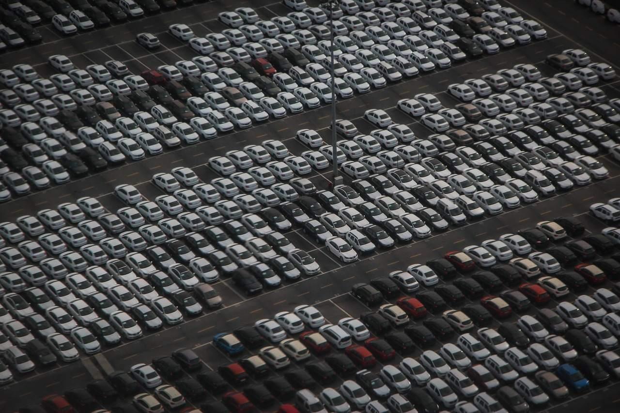 Beispielbild Neuwagen vor Weitertransport - Autokrise in Kursen eingepreist?