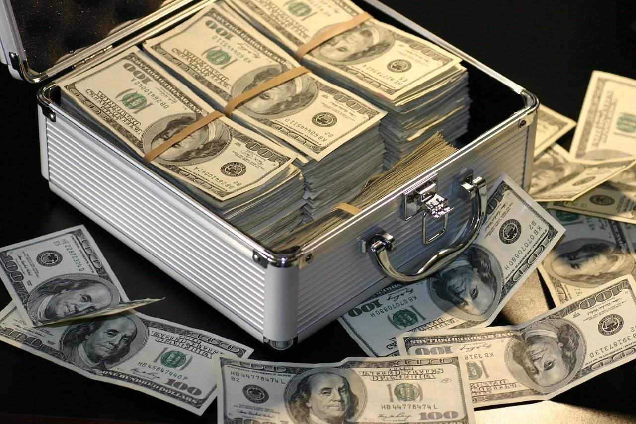 Geldkoffer voll mit US-Dollar Beispielbild
