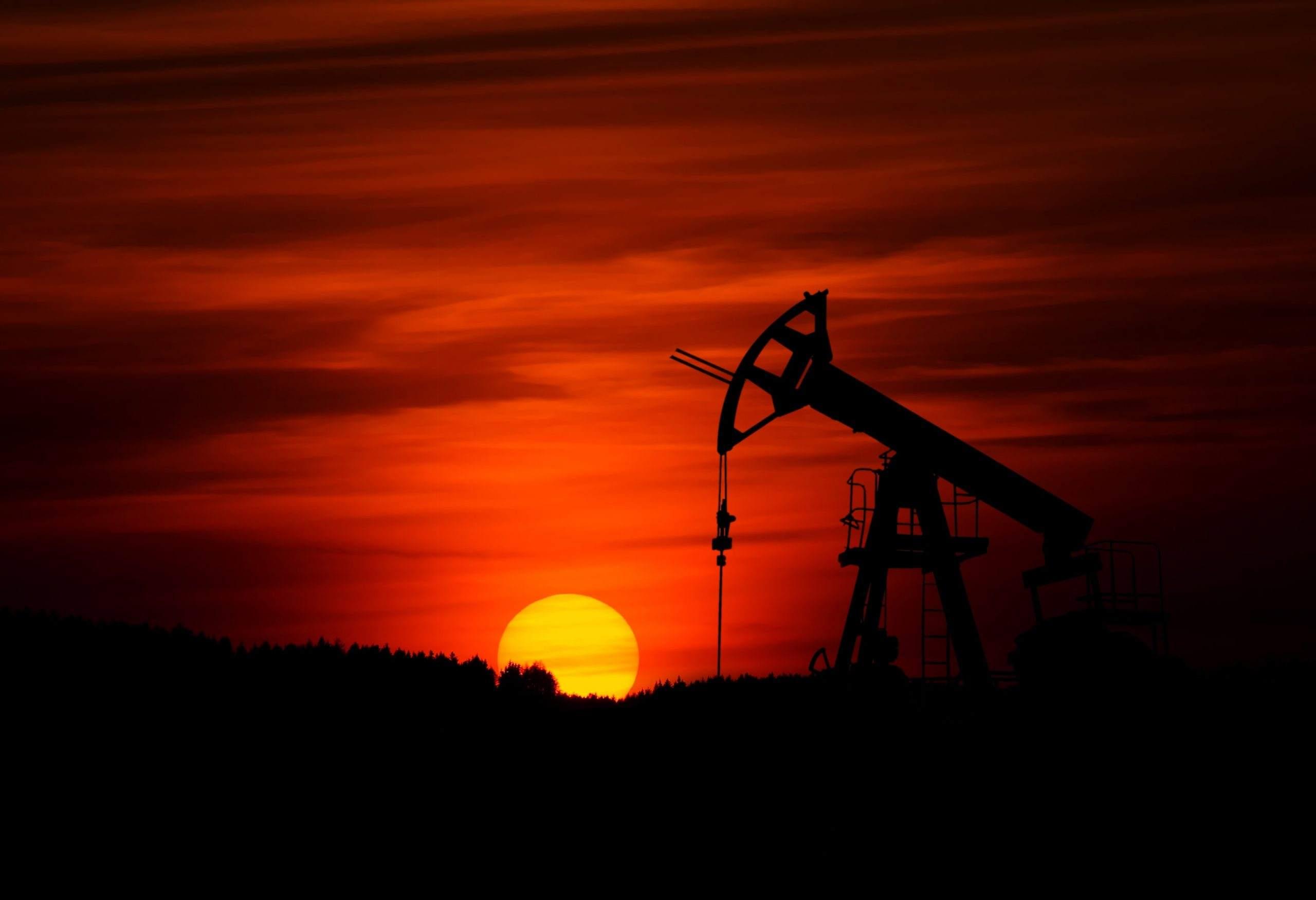 Ölpumpe vor Sonnenuntergang