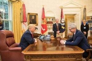 Tim Cook, CEO von Apple, schmeichelt sich bei Trump ein