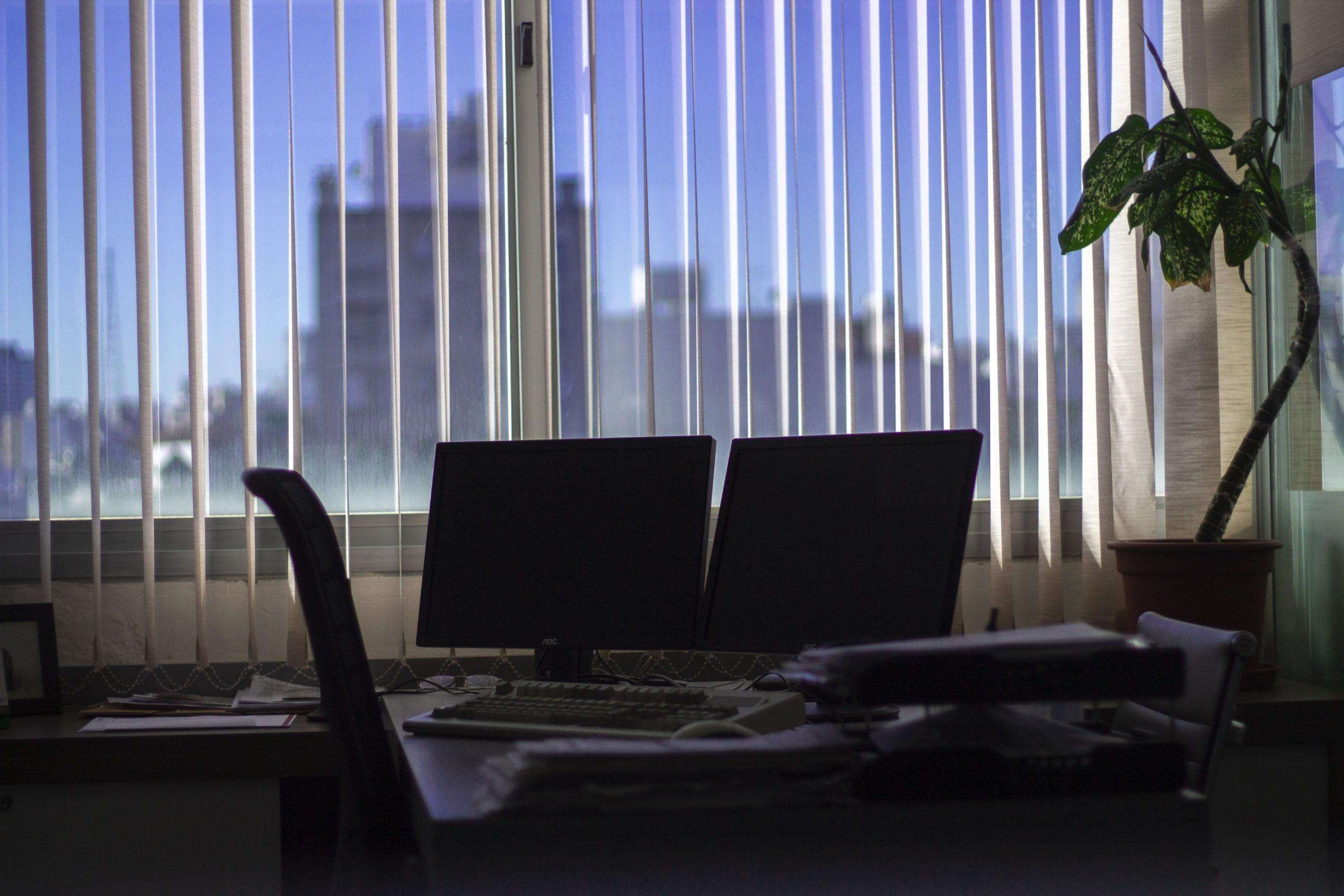 Insiderverkäufe nehmen zu - Beispielbild PC-Bildschirme in dunklem Büro
