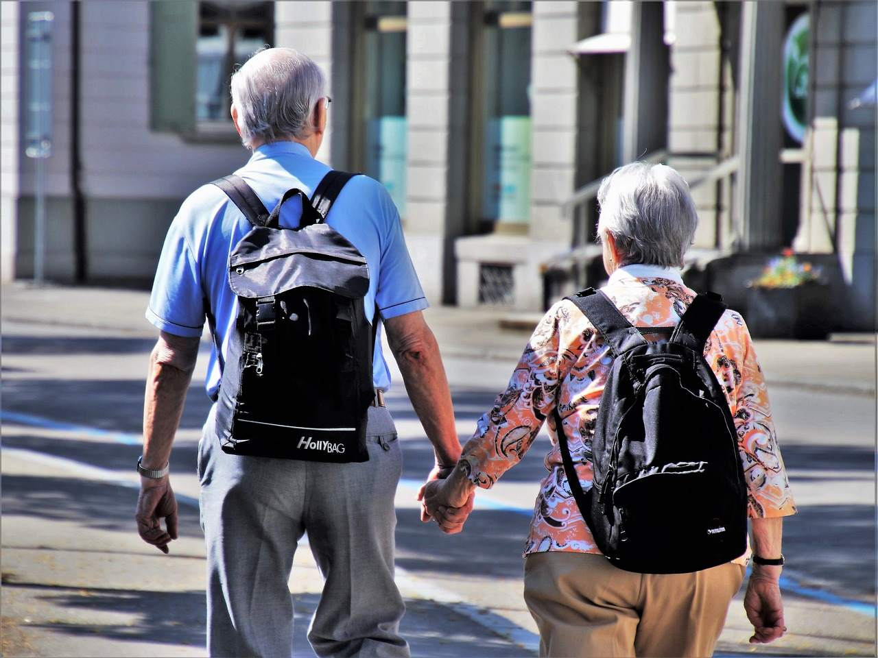 Beispielbild für älteres Paar - Rentenversicherung zahlt Negativzinsen