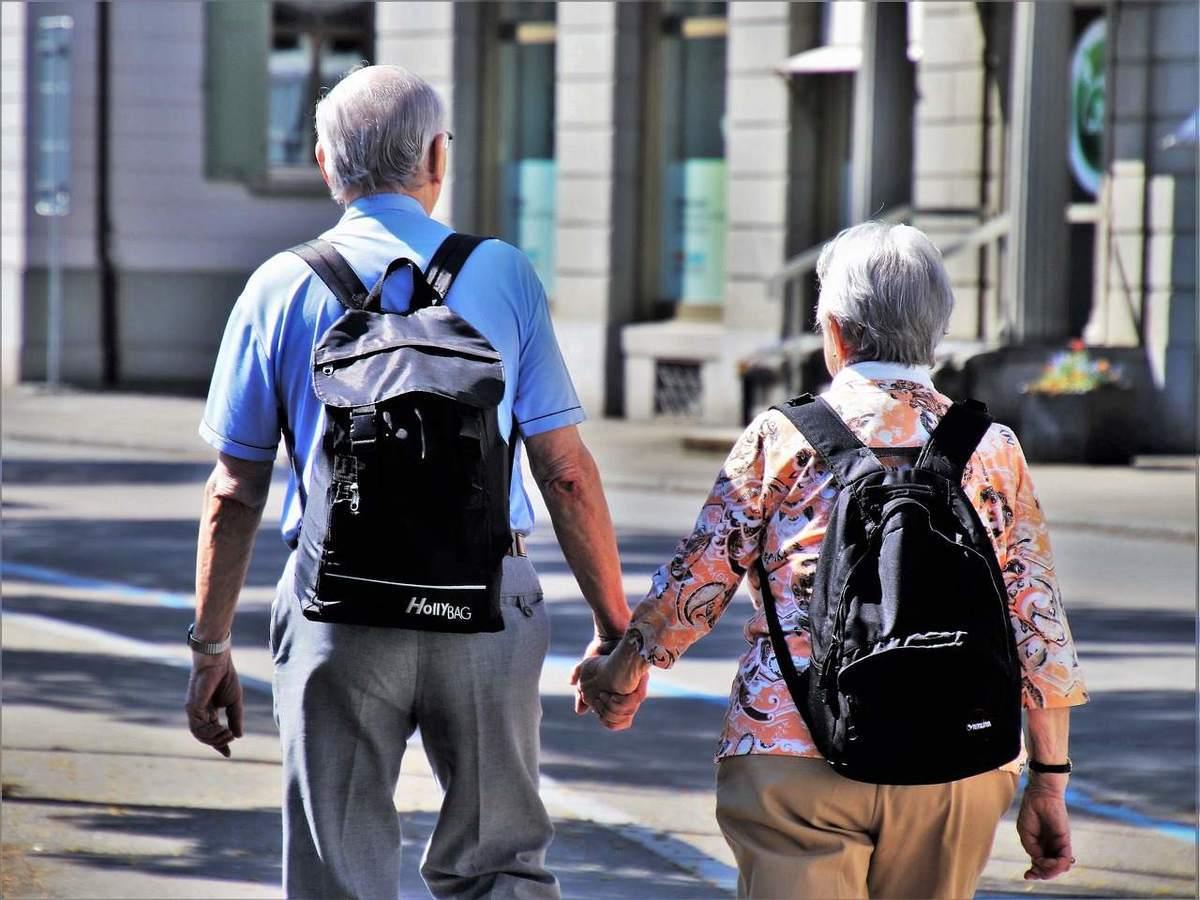 Ein älteres Paar - Rentenversicherung mit Plan planlos ins Chaos?