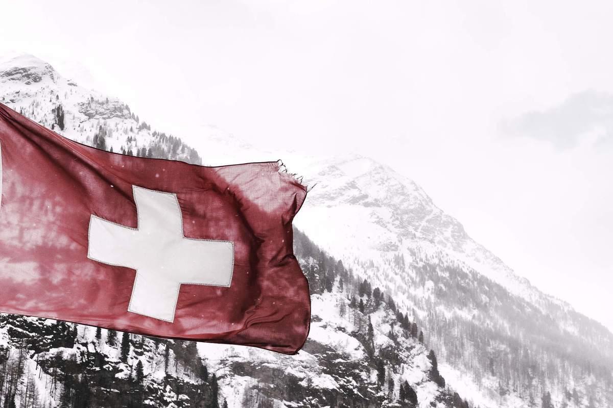 Flagge der Schweiz vor Bergpanorama