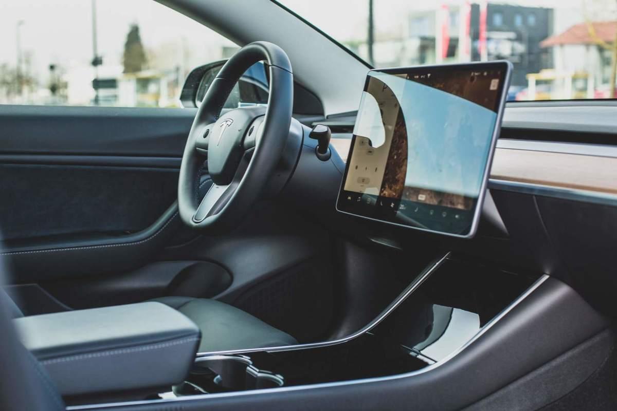 Beispielfoto vom Innenraum eines Tesla Autos
