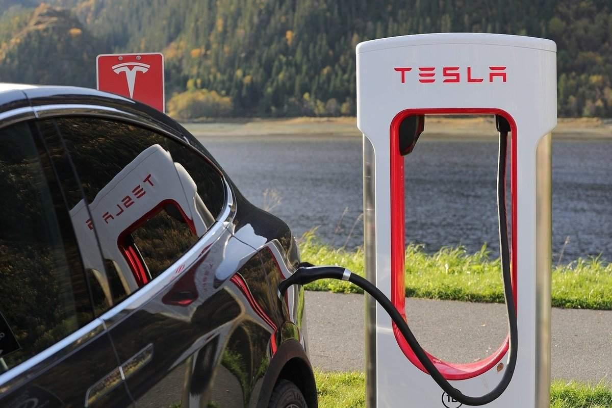 Beispielfoto für Tesla mit Ladestation