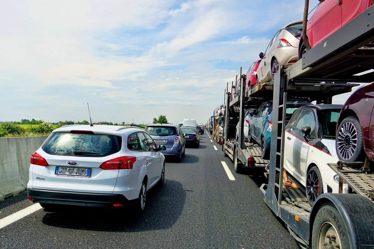 Beispielbild für Autos auf der Autobahn