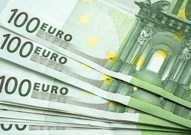 100 Euro Scheine Symbolbild