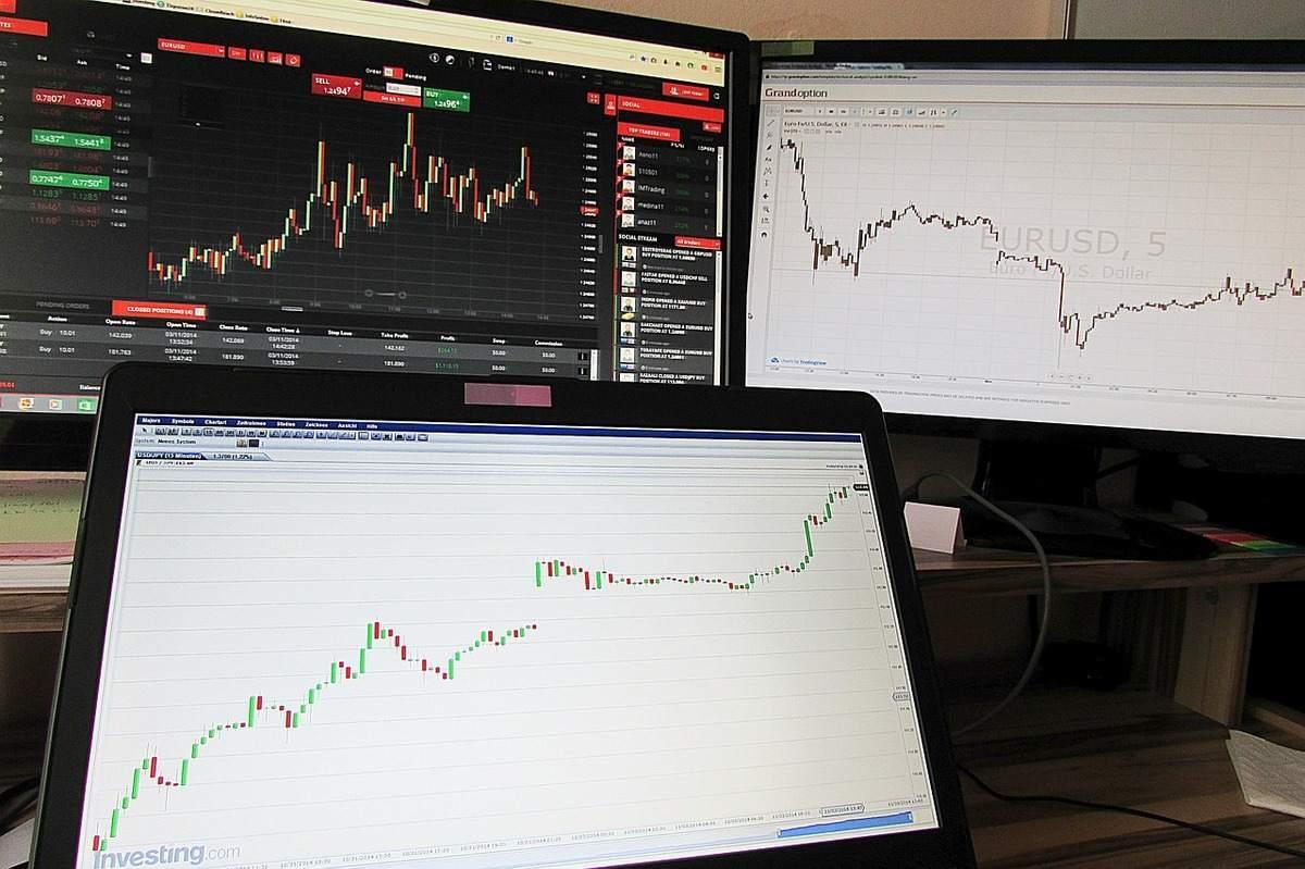 Forex Trading Beispielfoto mit drei Bildschirmen