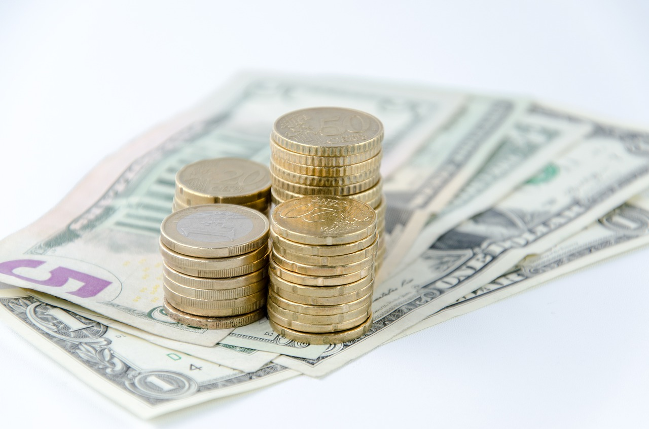 Geldmünzen und Scheine Beispielfoto - sind ETF eine gute Geldanlage?