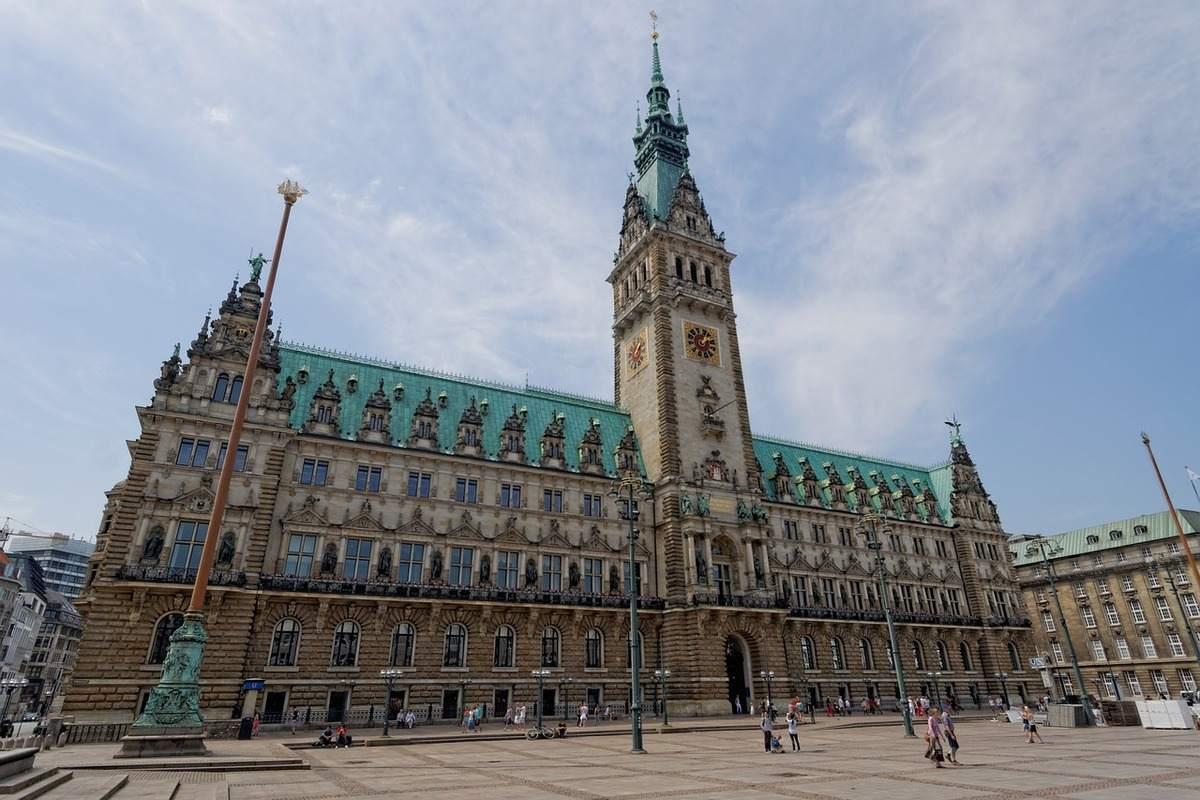 Das Hamburger Rathaus - der MEGA-Skandal erschüttert die SPD