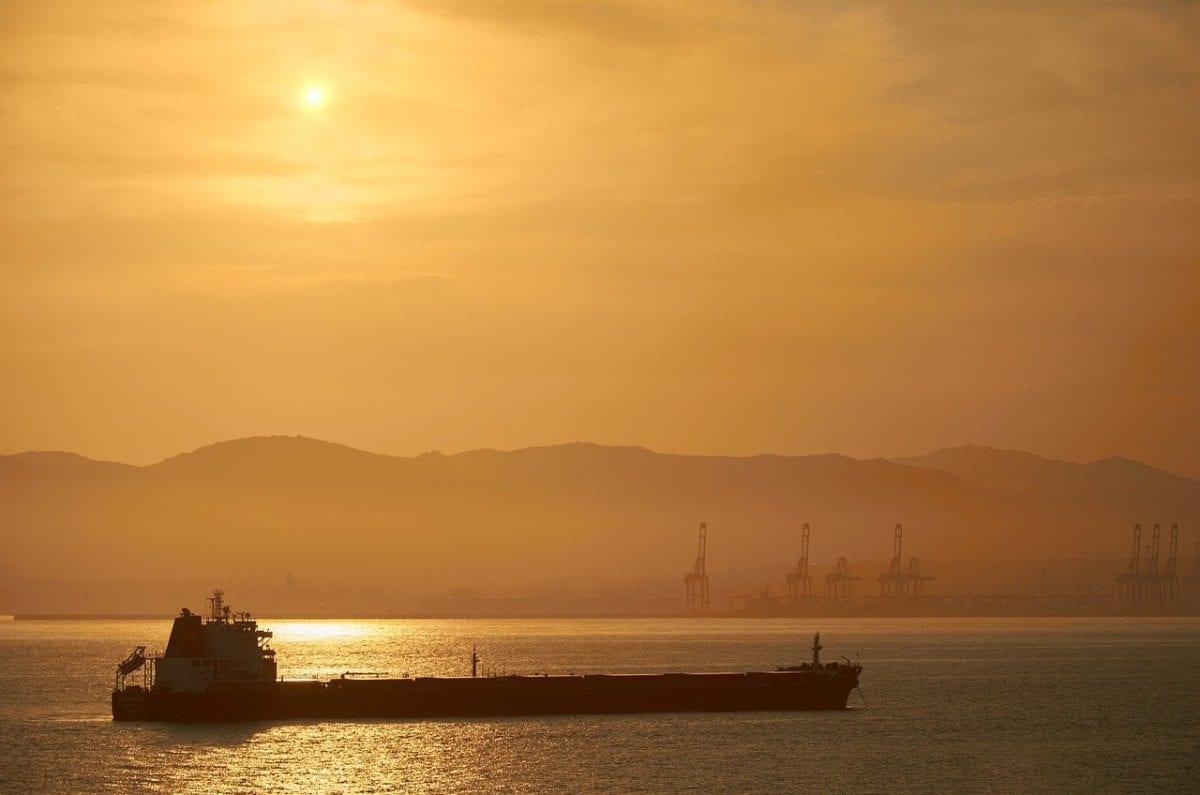 Frachtschiff im Sonnenlicht - Aktien von Reedereien wieder attraktiv?