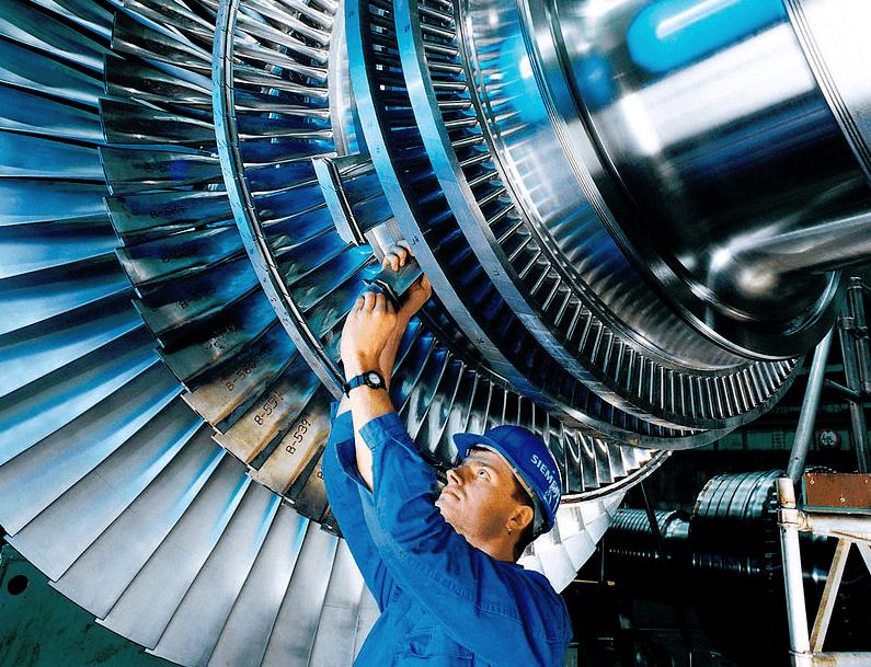 Arbeiter einer einer Turbine bei Siemens