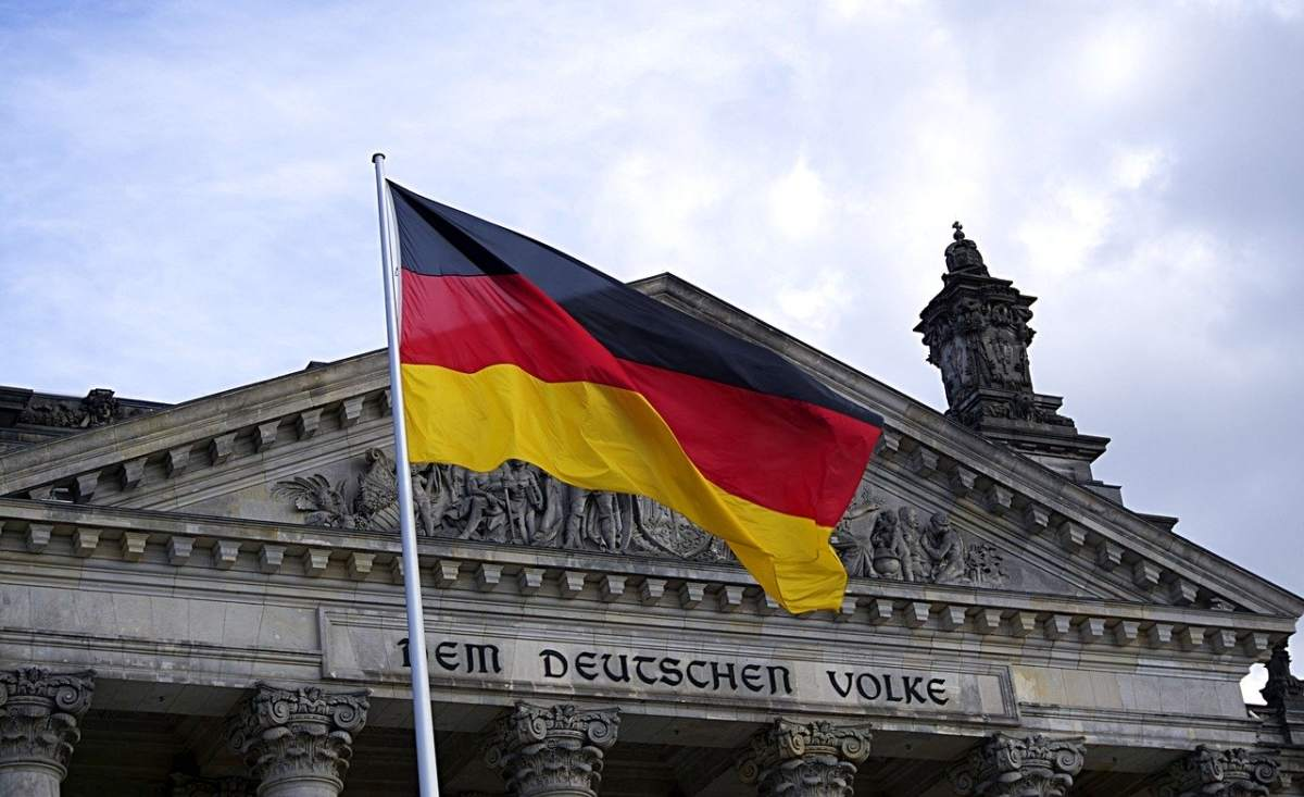 Deutschland-Flagge vor Bundestag - 50 Milliarden Euro Staatsüberschuss