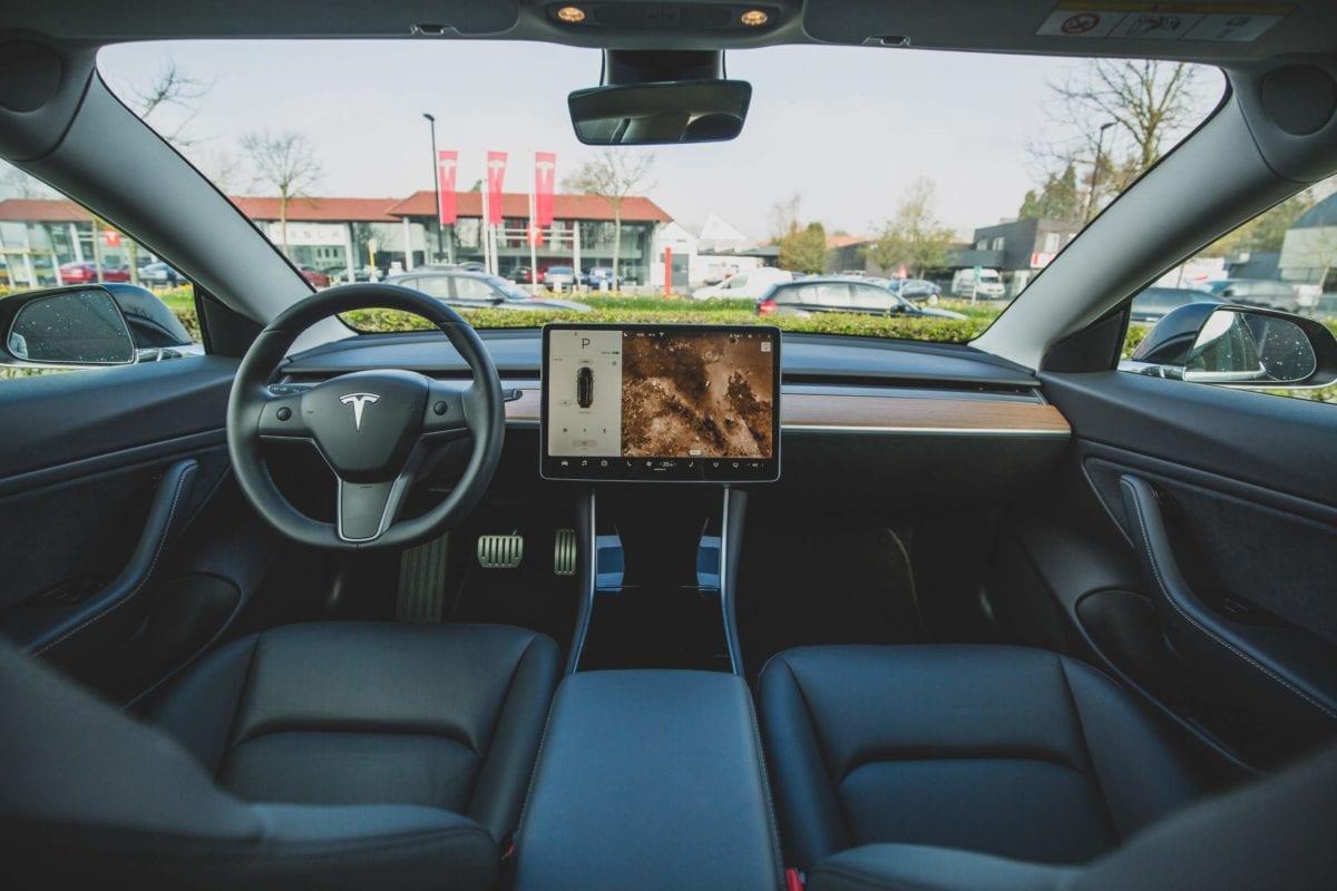 Innenansicht eines Tesla-Autos - Manipulationen der Aktie mit Optionen?