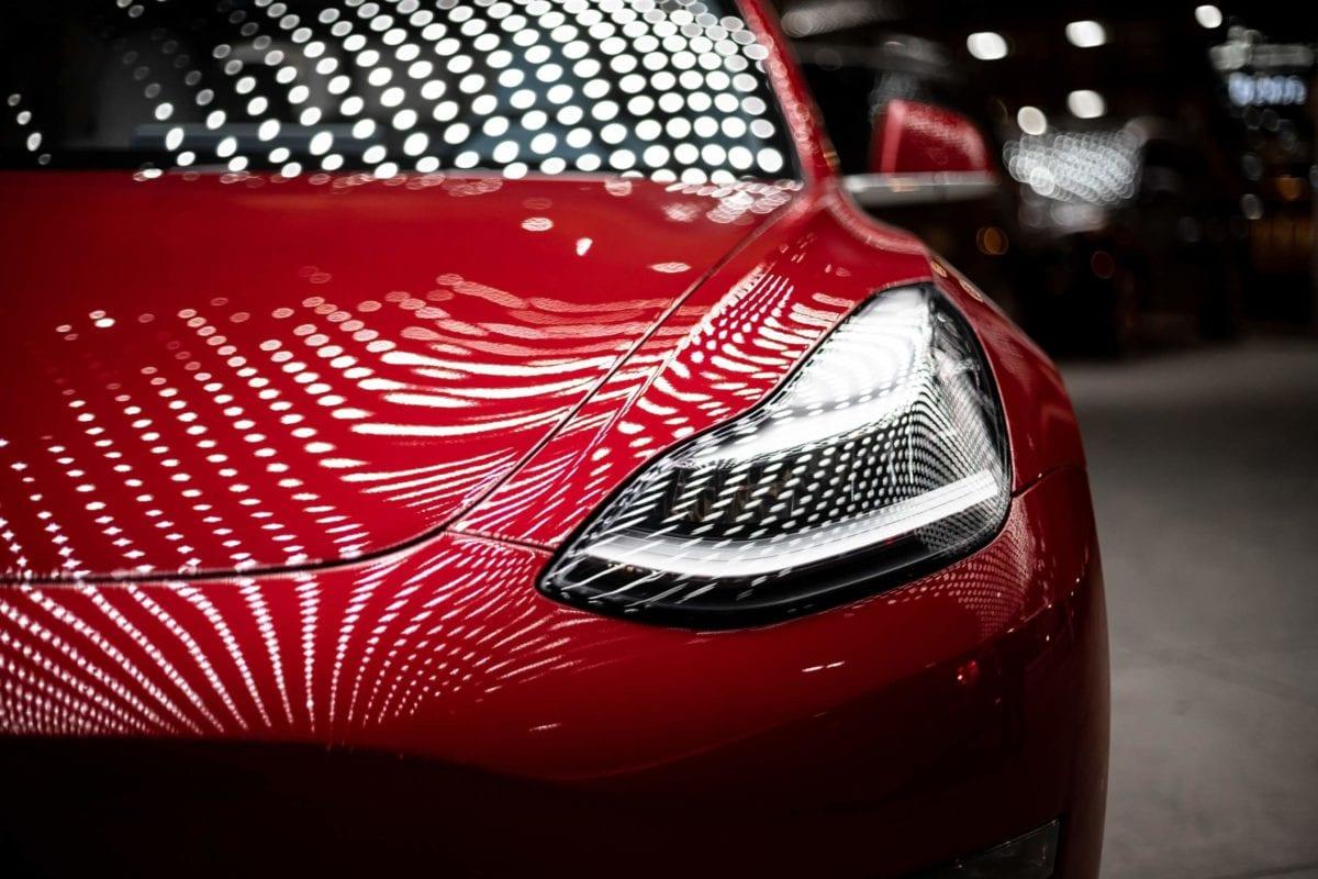 Frontansicht eines Autos von Tesla