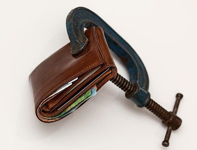 Geldbeutel in der Klemme als Symbol für Änderung der Verbraucherpreise