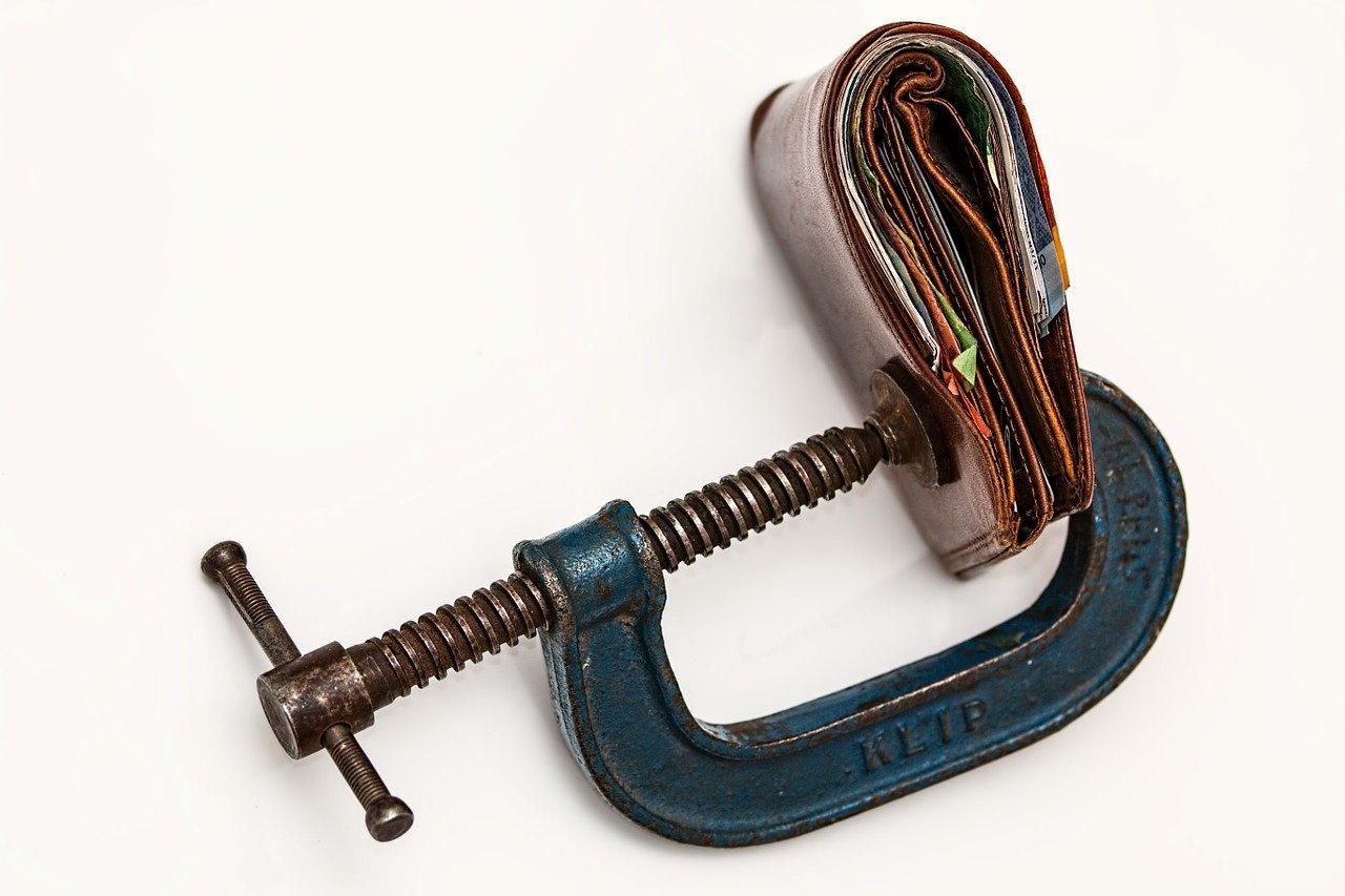 Symbolfoto für Verbraucherpreise - eine gepresste Brieftasche