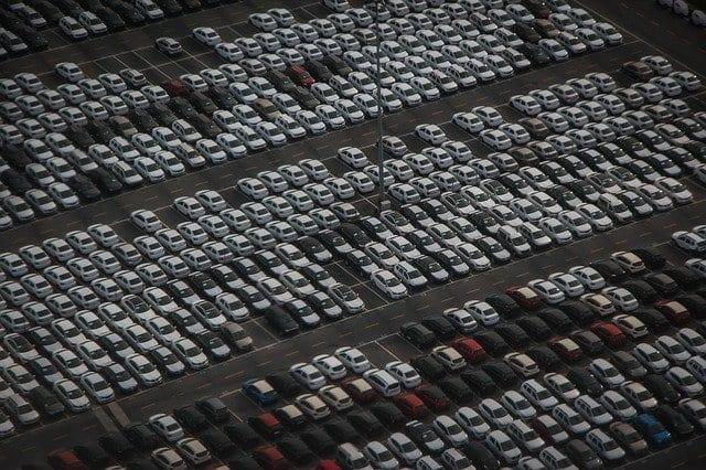 Autozulassungen fallen deutlich - Parkplatz mit neu hergestellten Autos