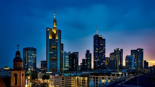 Bankentürme im Frankfurt - Commerzbank-Aktie auf Allzeittief