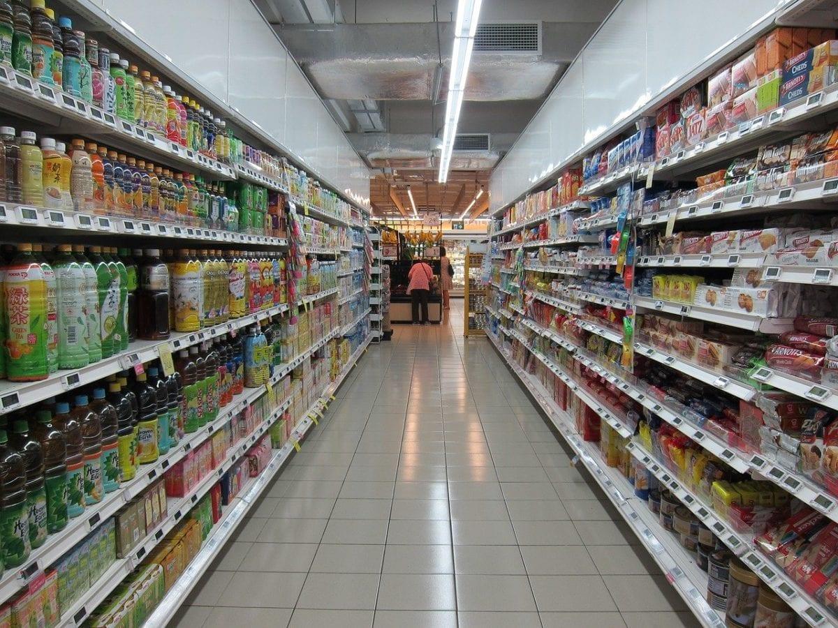 Regalreihe in einem Supermarkt