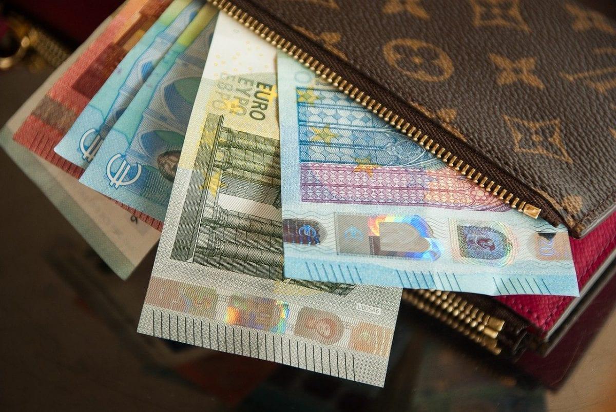 Euro-Geldscheine in Brieftasche