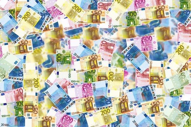 Euro Geldscheine durcheinander auf einem Haufen