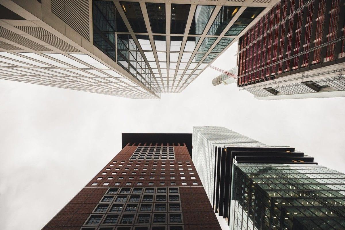 Bankentürme in Frankfurt - Banken leiten die KfW-Kredite weiter
