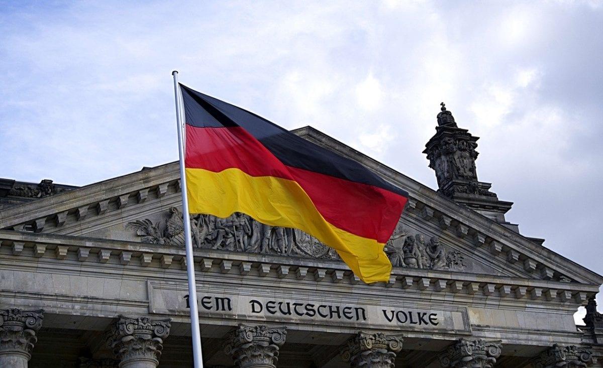 Deutschland-Fahne vor Bundestag - KfW-Kredite starten