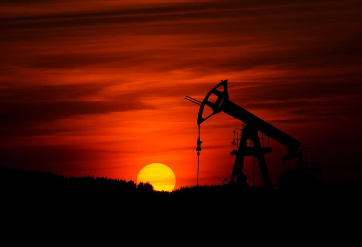 Öl-Borquelle vor Sonnenuntergang