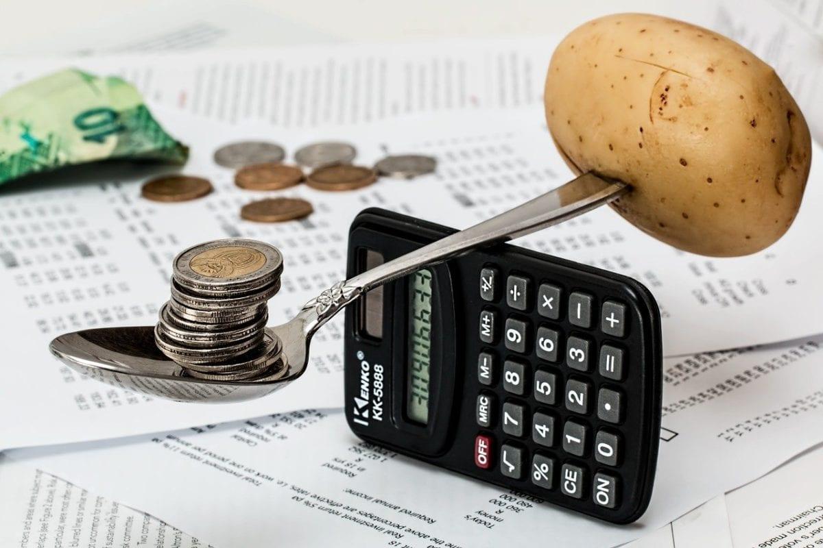 Kartoffel mit Löffel und Münzen