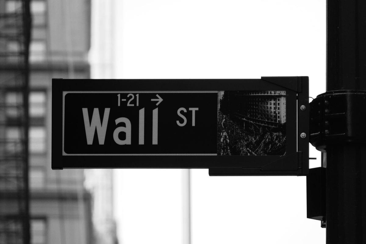 Wall Street Schild symbolisiert die Welt der Aktien