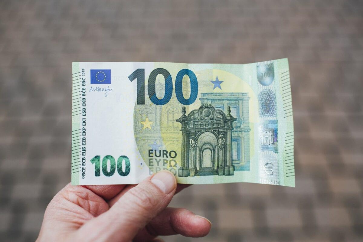 Euro Bargeld - ein 100 Euro-Schein