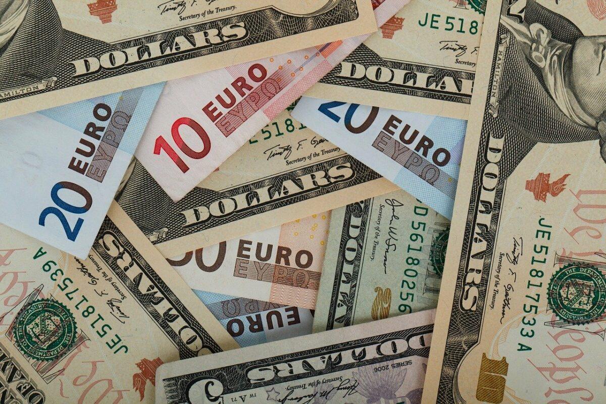 Geldscheine verschiedener Währungen - Deflation statt Inflation?