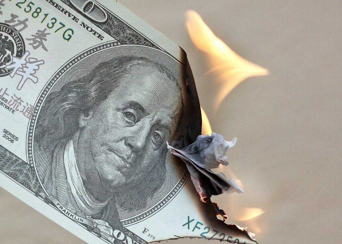 Brennender Dollar-Schein - EZB und Fed erzwingen Inflation