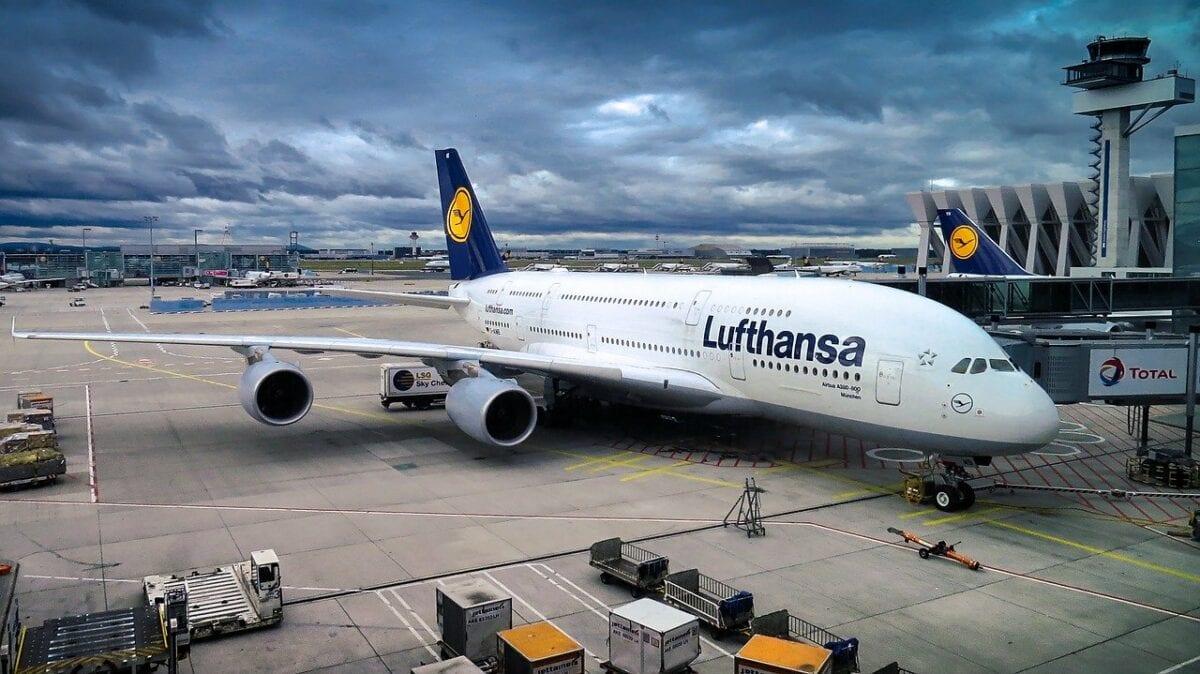 Lufthansa A380 dockt in Frankfurt an